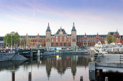Amsterdam, Países Bajos - 8 de mayo de 2015: Tousits en la estación de tren central de Amsterdam Fotos de archivo libres de regalías