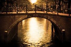 Amsterdam. Passerelle romantique au-dessus de canal. photo stock