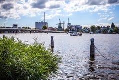 AMSTERDAM, PAYS-BAS - 14 AOÛT 2016 : Bâtiments industriels célèbres de plan rapproché de ville d'Amsterdam Vue générale de paysag Image stock