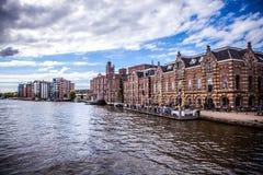AMSTERDAM, PAYS-BAS - 14 AOÛT 2016 : Bâtiments industriels célèbres de plan rapproché de ville d'Amsterdam Vue générale de paysag Photo libre de droits