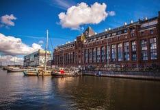 AMSTERDAM, PAYS-BAS - 14 AOÛT 2016 : Bâtiments industriels célèbres de plan rapproché de ville d'Amsterdam Vue générale de paysag Photographie stock