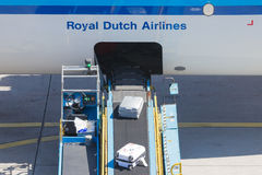 AMSTERDAM, PAYS-BAS - 17 AOÛT 2016 : Bagage de chargement en air Photos stock