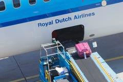 AMSTERDAM, PAYS-BAS - 17 AOÛT 2016 : Bagage de chargement en air Image libre de droits