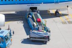 AMSTERDAM, PAYS-BAS - 17 AOÛT 2016 : Bagage de chargement en air Images libres de droits