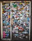 AMSTERDAM, PAYS-BAS - 15 AOÛT 2016 : Le mur de rue a couvert de nombreux autocollants multicolores le 15 août à Amsterdam Image stock