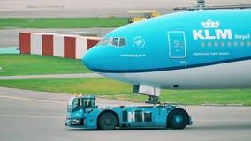 AMSTERDAM, PAYS-BAS - 25 DÉCEMBRE 2017 Avion de ligne de KLM étant remorquée à l'aéroport international de Schiphol Photographie stock