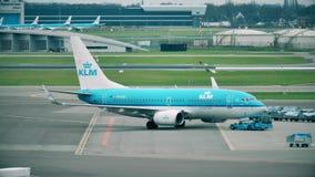 AMSTERDAM, PAYS-BAS - 25 DÉCEMBRE 2017 Avion de ligne de KLM Boeing 737-7K2 étant remorquée à l'international de Schiphol Image stock