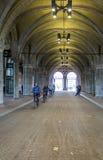 AMSTERDAM, PAYS-BAS - 8 FÉVRIER : Passage extérieur a de bicicle Photos libres de droits