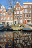 AMSTERDAM, PAYS-BAS - 23 FÉVRIER 2019 : Réflexion des bâtiments tordus et colorés d'héritage le long du canal d'Egelantiersg images stock