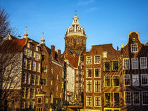 AMSTERDAM, PAYS-BAS - 15 JANVIER 2016 : Bâtiments célèbres de plan rapproché de centre de la ville d'Amsterdam au temps réglé du  Image libre de droits