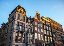 AMSTERDAM, PAYS-BAS - 15 JANVIER 2016 : Bâtiments célèbres de plan rapproché de centre de la ville d'Amsterdam au temps réglé du  Images stock