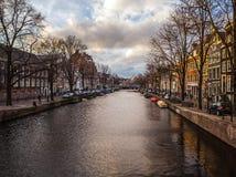 AMSTERDAM, PAYS-BAS - 15 JANVIER 2016 : Bâtiments célèbres de plan rapproché de centre de la ville d'Amsterdam au temps réglé du  Photographie stock libre de droits