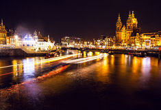 AMSTERDAM, PAYS-BAS - 22 JANVIER 2016 : Rues de ville d'Amsterdam la nuit Vues générales de paysage de ville le 22 janvier 2016 Image stock
