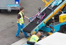 AMSTERDAM, PAYS-BAS - 29 JUIN 2017 : Bagage de chargement dans l'airpl Photos stock