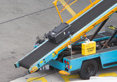 AMSTERDAM, PAYS-BAS - 29 JUIN 2017 : Bagage de chargement dans l'airpl Photographie stock