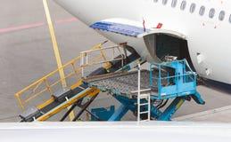 AMSTERDAM, PAYS-BAS - 29 JUIN 2017 : Bagage de chargement dans l'airpl Photos libres de droits