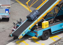 AMSTERDAM, PAYS-BAS - 29 JUIN 2017 : Bagage de chargement dans l'airpl Photographie stock libre de droits