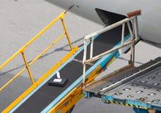 AMSTERDAM, PAYS-BAS - 29 JUIN 2017 : Bagage de chargement dans l'airpl Images stock