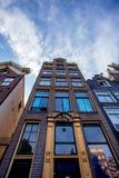 AMSTERDAM, PAYS-BAS - 10 JUIN 2014 : Belles façades des bâtiments de canal à Amsterdam Photos stock
