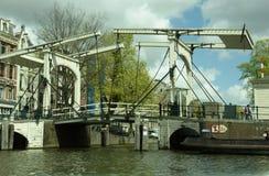 Amsterdam, Pays-Bas : Le vieux pont en porte-à-faux fonctionne toujours dans la ville images libres de droits