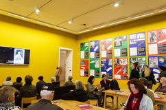 Amsterdam, Pays-Bas - 6 mai 2015 : Musée néerlandais de Stedelijk de visite de personnes Images libres de droits