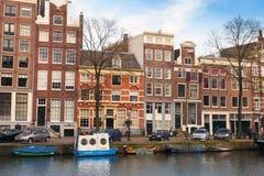 AMSTERDAM, PAYS-BAS - 19 MARS 2014 : Maisons colorées le long du canal, Amsterdam Photographie stock libre de droits