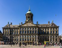 AMSTERDAM, PAYS-BAS - 20 mars 2018 : Royal Palace Amsterdam à la journée de printemps ensoleillée Photo stock