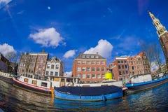 AMSTERDAM, PAYS-BAS, MARS, 10 2018 : Tir extérieur de voir la navigation de bateau vers la tour de MONTELBAAN, Amsterdam Photographie stock