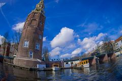 AMSTERDAM, PAYS-BAS, MARS, 10 2018 : Tir extérieur de voir la navigation de bateau vers la tour de MONTELBAAN, Amsterdam Images stock