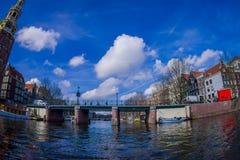 AMSTERDAM, PAYS-BAS, MARS, 10 2018 : Tir extérieur de voir la navigation de bateau vers la tour de MONTELBAAN, Amsterdam Image libre de droits