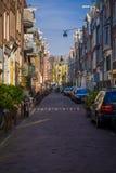 AMSTERDAM, PAYS-BAS, MARS, 10 2018 : Vue extérieure des voitures dans la scène de rue à Amsterdam central Photographie stock