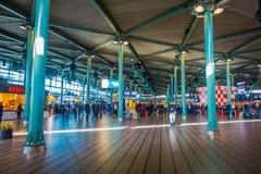 AMSTERDAM, PAYS-BAS, MARS, 10 2018 : Vue intérieure des personnes marchant à la station de train d'Amsterdam Schiphol, passagères Photographie stock libre de droits