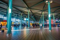 AMSTERDAM, PAYS-BAS, MARS, 10 2018 : Vue intérieure des personnes marchant à la station de train d'Amsterdam Schiphol, passagères Photo libre de droits