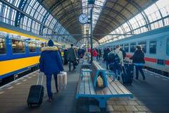 AMSTERDAM, PAYS-BAS, MARS, 10 2018 : Vue intérieure des personnes marchant à la station de train d'Amsterdam Schiphol, passagères Images libres de droits