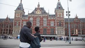 AMSTERDAM, PAYS-BAS - 18 OCTOBRE 2016 : Les gens devant la gare ferroviaire centrale d'Amsterdam, temps-faute banque de vidéos