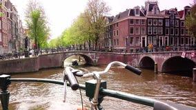 AMSTERDAM, PAYS-BAS : ULTRA HD 4k, en temps réel ; Voile de bateaux dans le canal d'Amsterdam à Amsterdam clips vidéos