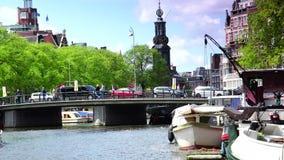 AMSTERDAM, PAYS-BAS : ULTRA HD 4k, en temps réel ; Voile de bateaux dans le canal d'Amsterdam à Amsterdam banque de vidéos