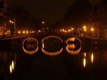 Amsterdam por noche Foto de archivo libre de regalías