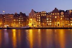 Amsterdam por noche en los Países Bajos Imágenes de archivo libres de regalías
