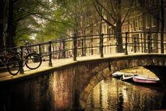 Amsterdam. Puente romántico imagenes de archivo