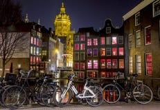 Amsterdam rött ljusområde på natten, Singel kanal Fotografering för Bildbyråer