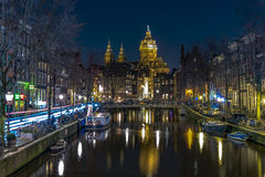 Amsterdam rött ljusområde på natten, Singel kanal royaltyfria foton