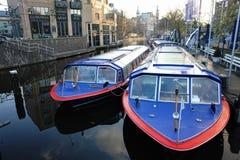 amsterdam ranek Wodna ulica z łodziami na molu, odbijającym w zaciszności wodzie zdjęcia stock
