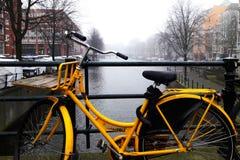 amsterdam Romantisches Kanal-Gelb-Fahrrad Lizenzfreies Stockbild