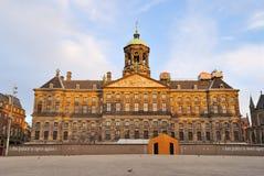 Amsterdam. Royal Palace temprano por la mañana Fotos de archivo libres de regalías