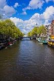 Amsterdam rzeka na jaskrawym słonecznym dniu zdjęcie stock