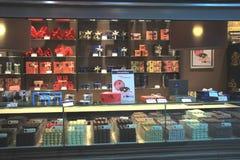 Amsterdam Schiphol flygplats, Nederländerna - april 14th 2018: Leonidas Chocolate lager Royaltyfri Foto
