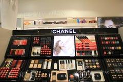 Amsterdam Schiphol flygplats, Nederländerna - april 14th 2018: olika lyxiga Chanel skönhetsmedelprodukter Royaltyfri Fotografi