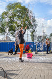 AMSTERDAM - SEPTEMBER 18, 2015: Vrouw die reusachtige bellenballon maken stock afbeelding
