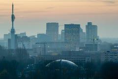 Amsterdam-Skyline bei Sonnenuntergang, Zuidas, 07-12-2017 lizenzfreie stockfotos